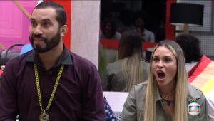 Gilberto Nogueira e Sarah Andrade ficaram chocados com mais uma ação publicitária no BBB (foto: Reprodução/TV Globo)