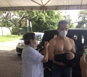 Com o shape em dia, Luiz Estevão recebe vacina e impressiona pelo peitoral definido (foto: Reprodução)