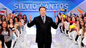 """Silvio Santos posa ao lado de suas tradicionais """"colegas de trabalho"""", que devem ser escanteadas em sua volta aos estúdios (foto: Divulgação/SBT)"""