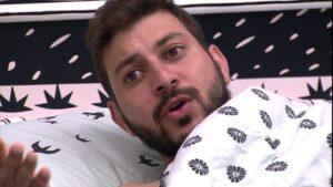 Caio espalha fofoca íntima sobre Gilberto (foto: Reprodução/Globo)