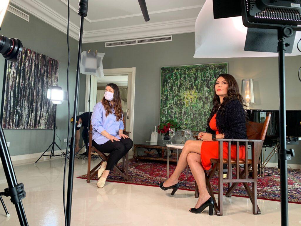 Márcia Goldschmidt recebe equipe da Record para entrevista na Espanha (foto: Divulgação/Record)