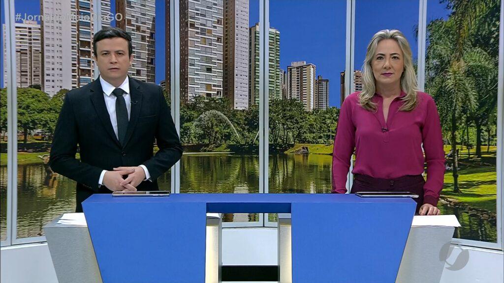 Lucílio Macedo e Luciana Finholdt apresentam o Jornal do Meio Dia na TV Serra Dourada; emissora conseguiu na Justiça reativar o canal no YouTube (foto: Reprodução/TV Serra Dourada)