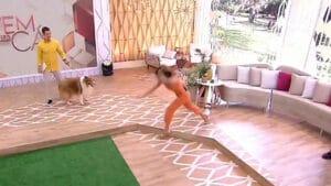 Patrícia escorrega e cai no palco do Vem Pra Cá (foto: Reprodução/SBT)