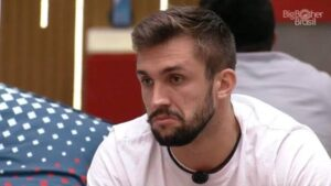 Arthur ficou cabisbaixo após ter sido ignorado por Tiago Leifert durante a edição ao vivo do BBB (foto: Reprodução/TV Globo)