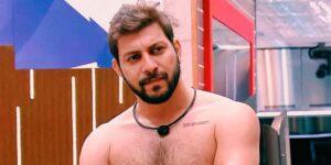 Caio Afiune passou por maus bocados ao tentar se depilar no BBB (foto: Reprodução/TV Globo)