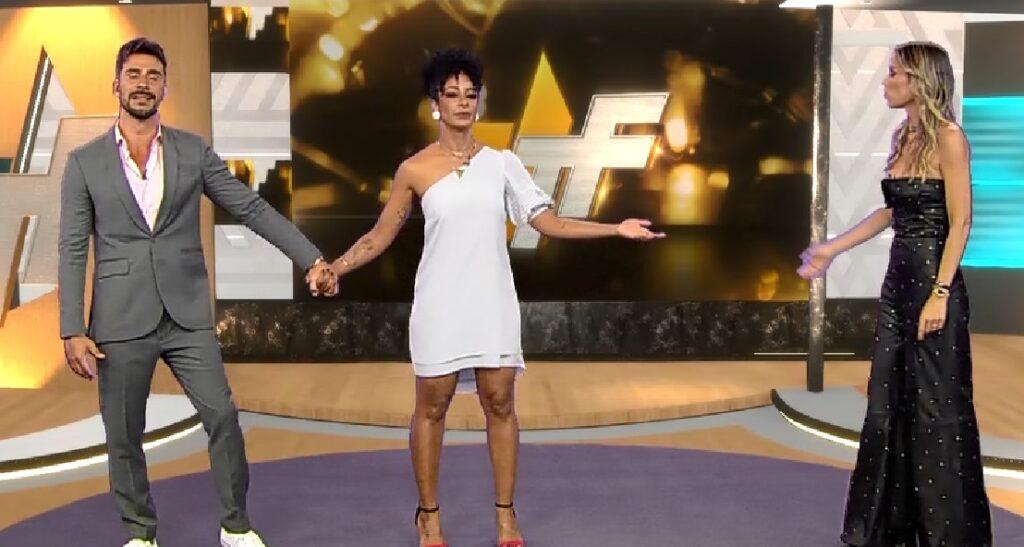 Lígia Mendes se recusou a dar as mãos para Alinne Prado e Júlio Rocha e causou climão no TV Fama (foto: Reprodução/RedeTV!)