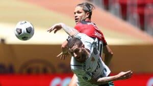 Zé Rafael, do Palmeiras, e Diego, do Flamengo, disputaram bola na partida da Supercopa do Brasil (foto: Cesar Greco/SEP)