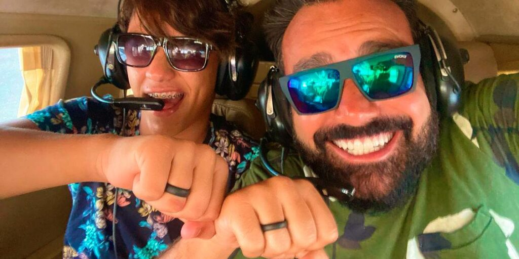 O jornalista Fábio Ramalho posa ao lado do namorado, o influenciador João Paulo dos Santos (foto: Reprodução)
