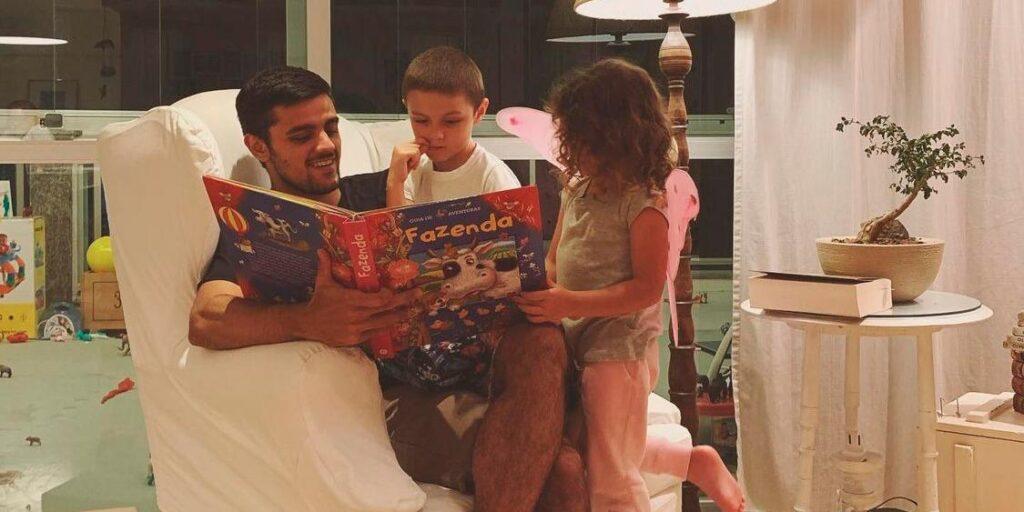 Felipe Simas posa ao lado de dois de seus filhos (foto: Reprodução)