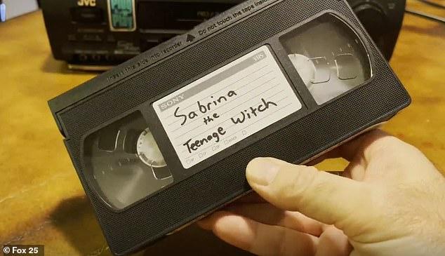 Mulher é processada por não ter devolvido fita VHS da série Sabrina (foto: Reprodução/FOX 25)