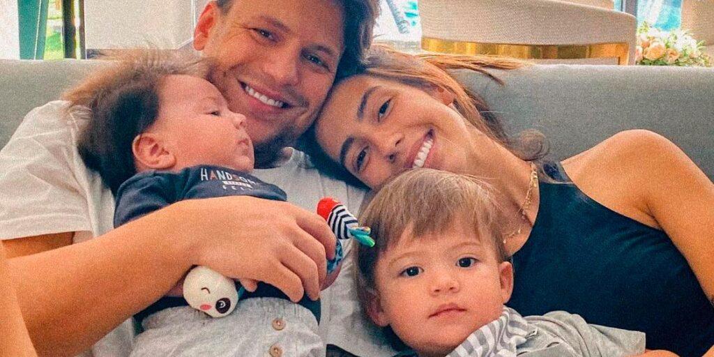 Gabi Brandt posa ao lado de seu marido, Saulo Poncio, e dos filhos (foto: Reprodução)