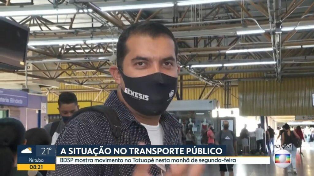 Repórter da Globo entrevista usuário do metrô que usava máscara da novela Gênesis, da Record (foto: Reprodução/Globo)