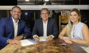 Marcos Silva ao lado de Gilson Almeida (ao centro) e Ester Rocha, proprietário e diretora-geral da afiliada da Record no interior de Goiás (foto: Divulgação/TV Sucesso)