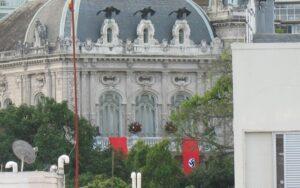 Faixas com símbolos nazistas na sede do governo do Rio de Janeiro; Globo grava série no local (foto: Reprodução/Twitter)