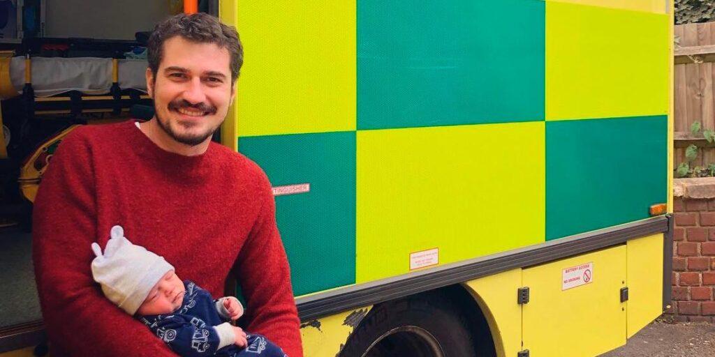 Pedro Vedova, correspondente da Globo em Londres, posa com o seu filho recém-nascido (foto: Reprodução)