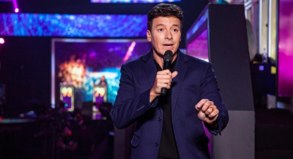 Rodrigo Faro irá substituir Gugu Liberato na apresentação do Canta Comigo (foto: Divulgação/Record)