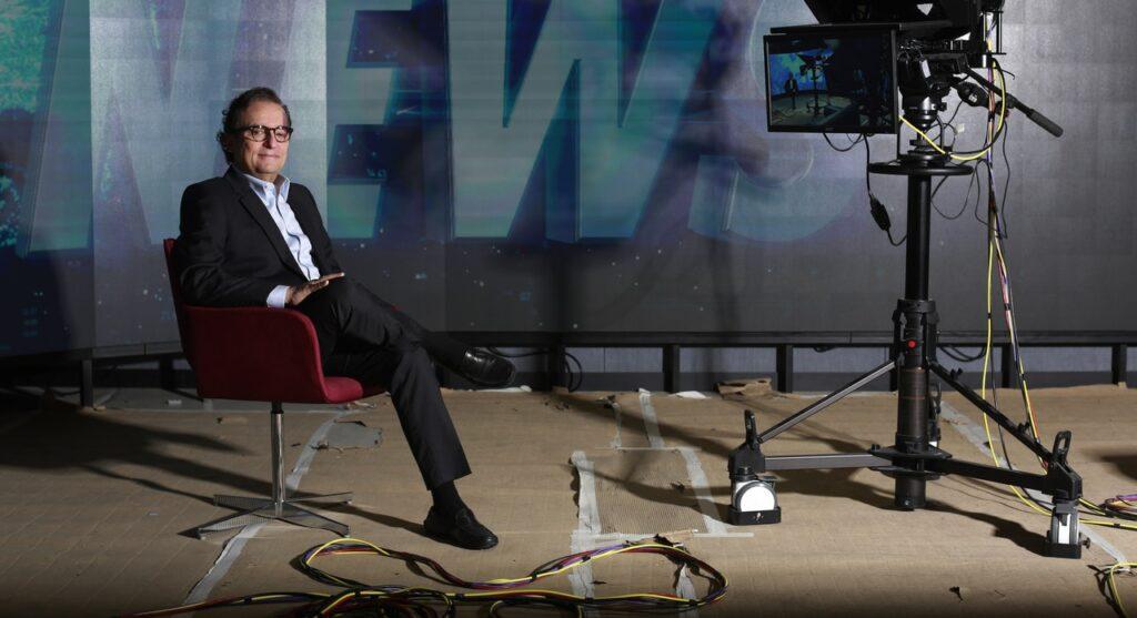 Tutinha, o CEO da Jovem Pan, posa no futuro cenário do canal de notícias da empresa (foto: Divulgação/JP)