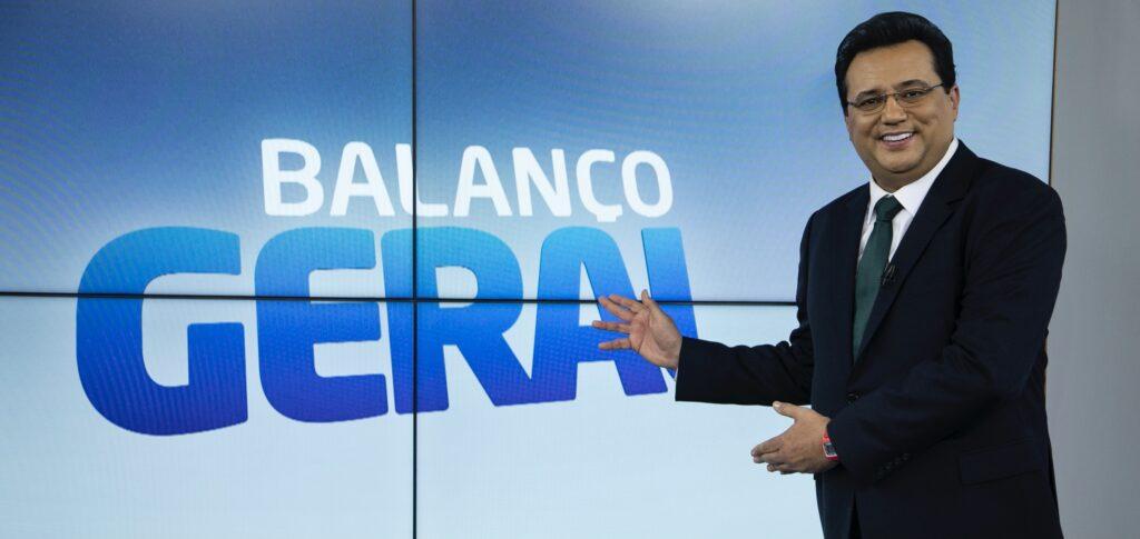 Geraldo Luís posa no antigo estúdio do Balanço Geral: jornalista voltará a comandar o telejornal (foto: Divulgação/Record)