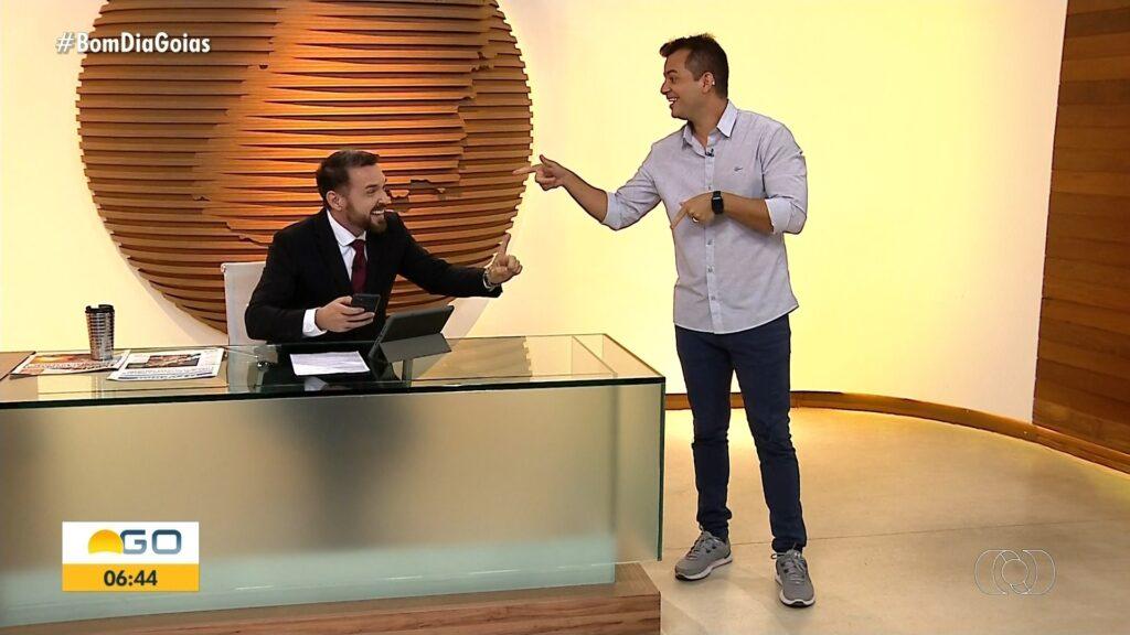 Apresentadores da Globo de Goiânia cantam Galopeira ao vivo (foto: Reprodução/TV Anhanguera)