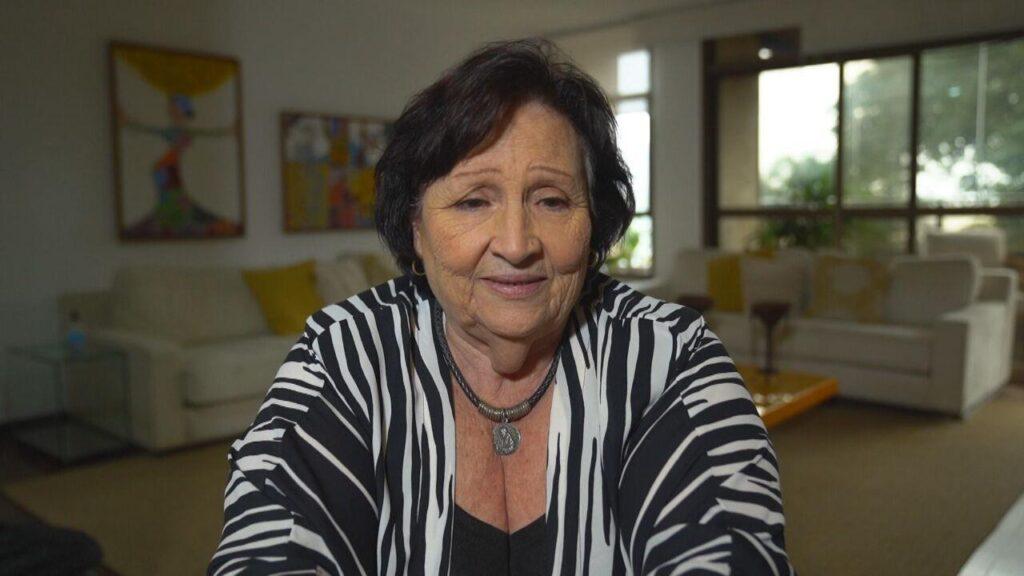 Déa Lúcia, mãe do humorista Paulo Gustavo, em entrevista ao Fantástico (foto: Reprodução/Globo)