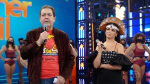 Juliette com Faustão no palco do Domingão (foto: Reprodução/Globo)