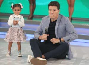 Rodrigo Faro e a pequena Andrielly Mendes, de 5 anos (foto: Antonio Chahestian/Record)