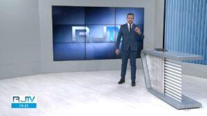 Alexandre Kapiche apresenta o RJ2 na InterTV, afiliada da Globo no interior do Rio de Janeiro (foto: Reprodução/Globo)