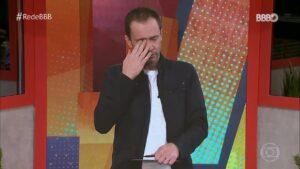 Tiago Leifert se emocionou no reencontro com os ex-BBBs (foto: Reprodução/Globo)
