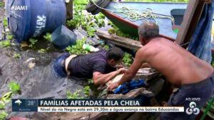 Equipe da Globo cai em rio durante transmissão ao vivo (foto: Reprodução/Rede Amazônica)
