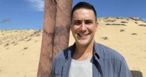 André Marques posa no cenário de No Limite: reality é uma das principais apostas da Globo para 2021 (foto: Divulgação/TV Globo)