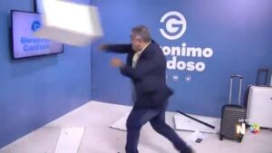 Gerônimo Cardoso, apresentador do SBT, destrói cenário de programa (foto: Reprodução)