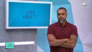 Denílson no cenário do Jogo Aberto: comentarista será anunciado como novo reforço de rádio (foto: Reprodução/Band)
