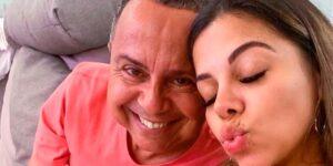 A influenciadora Evelyn Regly posa ao lado de seu pai, Antonio Regly (foto: Reprodução)
