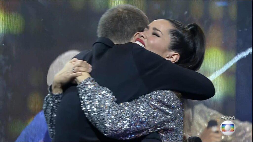 Juliette Freire, campeã do BBB 21, abraçou o apresentador Tiago Leifert após a revelação do resultado (foto: Reprodução/TV Globo)