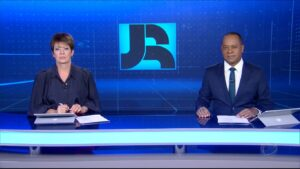 Christina Lemos e Luiz Fara Monteiro no Jornal da Record de 24 de maio: telejornal marcou pico de 15 pontos (foto: Reprodução/Record)