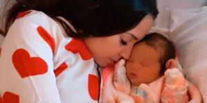 Taciele Alcolea posa ao lado de sua segunda filha, a pequena Alana (foto: Reprodução)