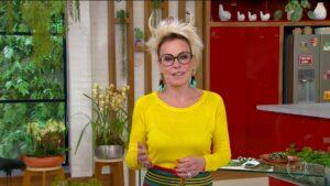 Ana Maria Braga apresentou o Mais Você com chifres no cabelo (foto: Reprodução/Globo)