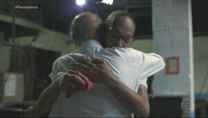 Drauzio Varella abraça Suzy Oliveira após ela dizer em entrevista ao Fantástico que não recebe visitas há 8 anos (foto: Reprodução/Globo)