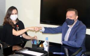 Millena Machado é a nova âncora do RedeTV News (foto: RedeTV!/Divulgação)