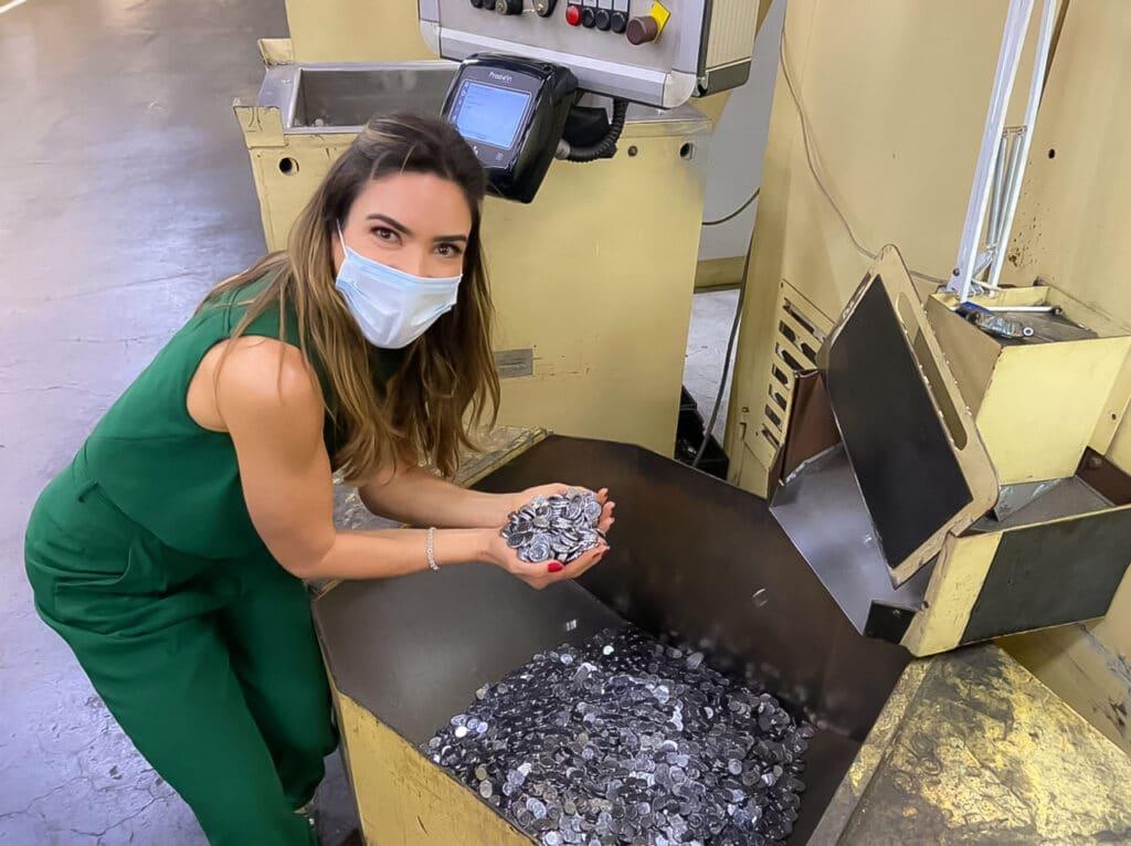 Patricia Abravanel mostra como são fabricadas as cédulas e moedas no Vem Pra Cá (foto: SBT/Divulgação)