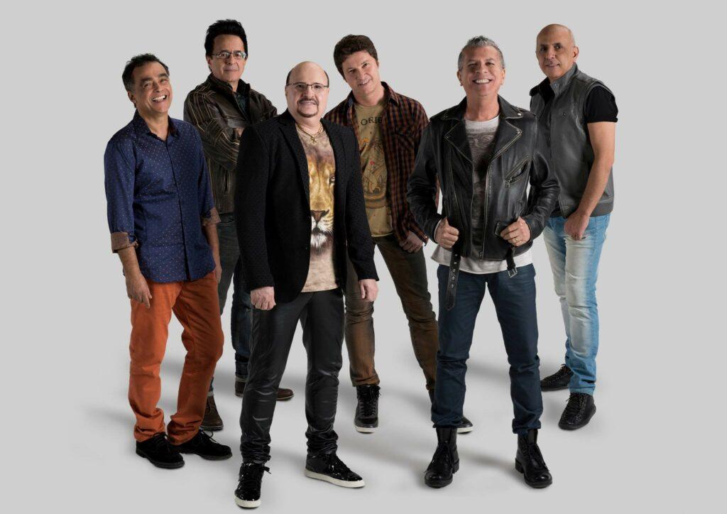 Roupa Nova fará a primeira apresentação da banda após a morte do cantor Paulinho, que aparece de blazer preto na imagem (foto: Divulgação)