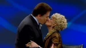 Silvio Santos e Dercy Gonçalves no programa Nada Além da Verdade (foto: SBT/Reprodução)