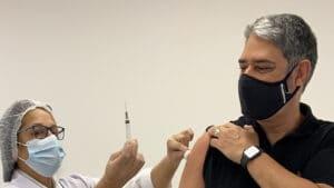 William Bonner foi imunizado com a primeira dose da vacina contra Covid-19 (foto: Reprodução/Twitter)