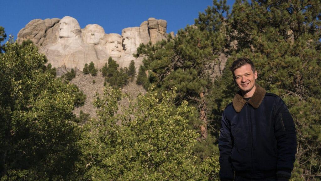 Felipe Santana, repórter da Globo, no Monte Rushmore onde os rostos de quatro presidentes norte-americanos estão esculpidos nas montanhas (foto: Globo/Divulgação)