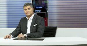 Joel Datena posa na bancada do Bora SP: telejornal ganhou mais tempo no ar (foto: Kelly Fuzaro/Band)