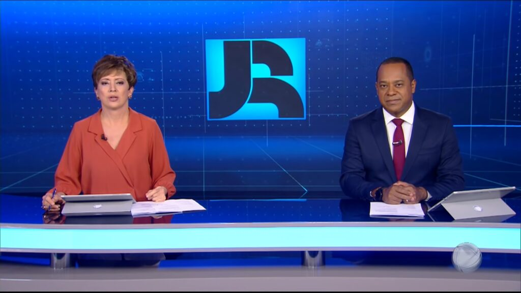 Christina Lemos e Luiz Fara Monteiro são os apresentadores do Jornal da Record (foto: Reprodução/Record)