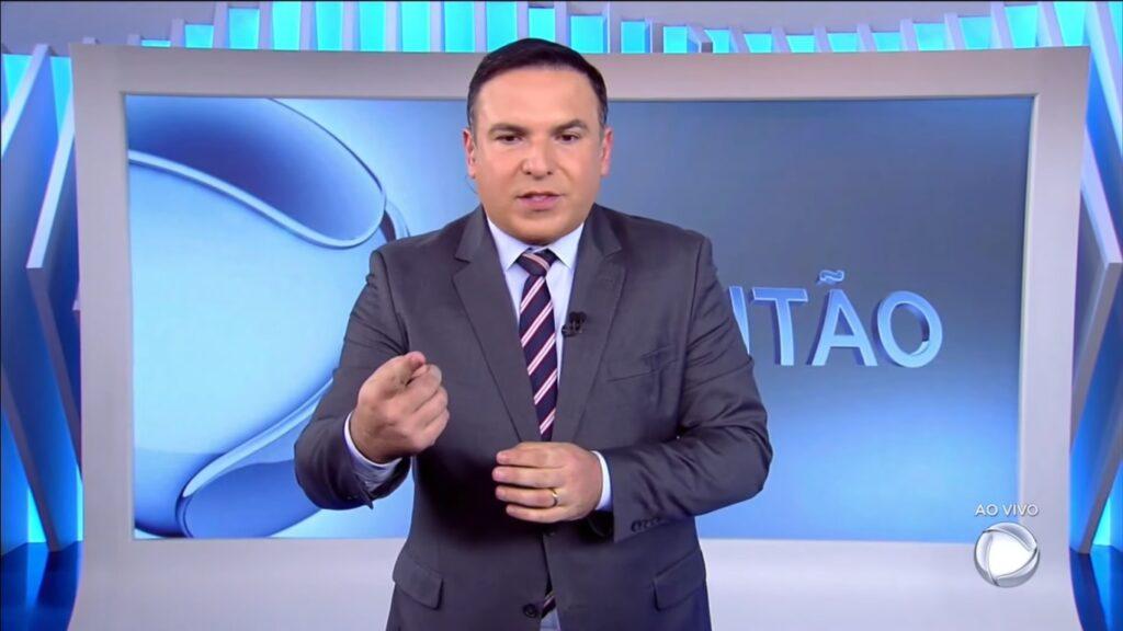 Reinaldo Gottino durante a cobertura sobre o desfecho do caso Lázaro Barbosa (foto: Reprodução/Record)