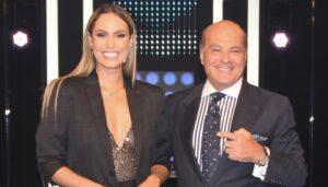 Sarah Andrade posa ao lado de Marcelo de Carvalho, acionista e apresentador da RedeTV! (foto: Divulgação/RedeTV!)