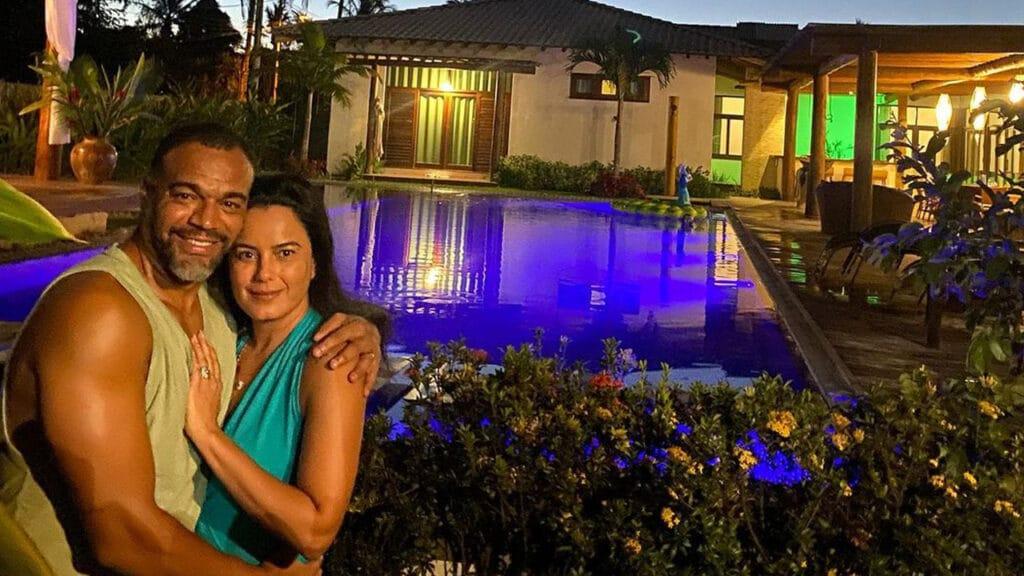 Acompanhado da mulher, Luciele di Camargo, Denilson curte férias na Bahia (foto: Reprodução)