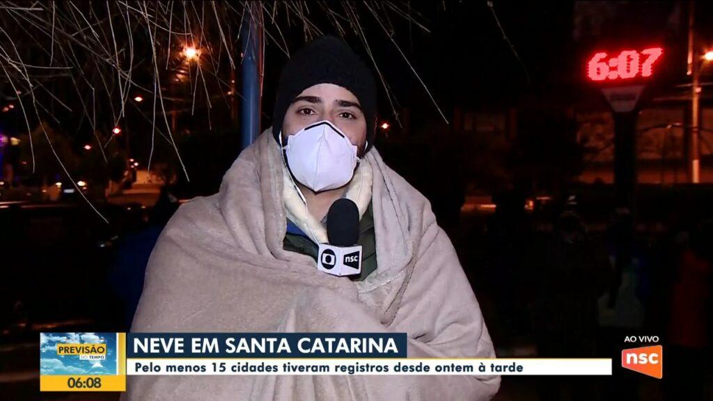 Douglas Márcio enrolado em cobertor no Bom Dia SC; Urupema registrou -7°C na manhã de quinta-feira (29) (foto: NSC TV/Reprodução)